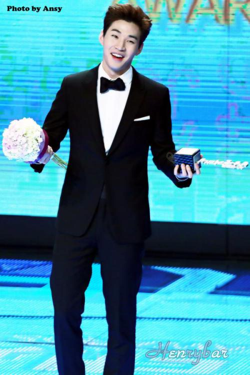 141229 MBC Awards Henry2