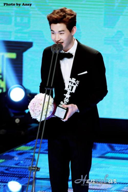 141229 MBC Awards Henry3